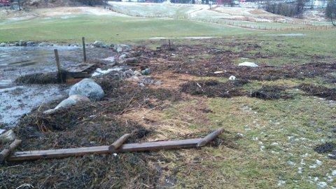 Ein fotball og eit akebrett var også mellom rusket som har hamna opp på jordet i Rivedal.