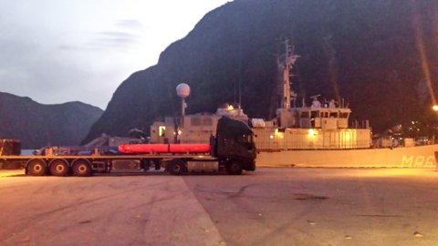 TORPEDO: Det var ingen tilstades på kaien då tipsaren observerte nederlandske lastebilar lasta med maritime våpen.
