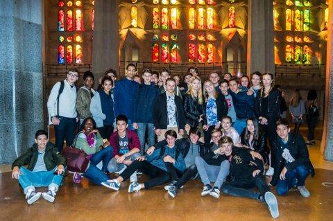 KULTUR: – Det er alltid noko å lære av andre skular og kulturar, seier Ole Johnny Devik. Her er elevane frå dei fire landa samla i La Sagrada Familia i Barcelona.
