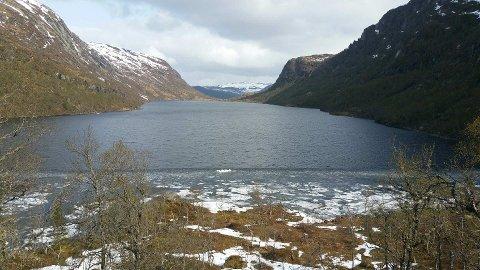 Brakka ligg ved Trodalsvatnet. Utsikta er det ikkje noko å seie på.