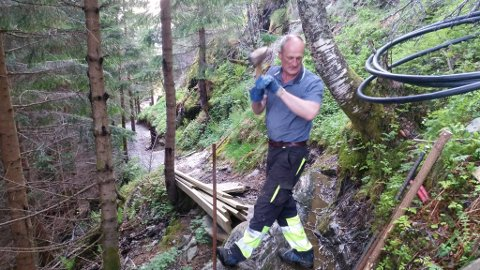 Arild Viken sving med hammaran for å gjere løypa til Storehesten opp betre enn nokon gong.