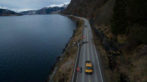 FARLEG VEG: Slik såg det ut, etter raset som gjekk på Rv5 mellom Førde og Naustdal 16.mars i fjor.