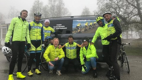 Desse åtte skal ut på ein sykkeltur med over 15.000 høgdemeter i løpet av dei kommande dagane. Frå venstre: Ingvar Byrkjeland, Trond Naustdal, Norvald Hegrenes, Arve Endal (følgebil), Geir Nygård, Vidar Halland, Jon Olav Leira og Oddvar Flataker.
