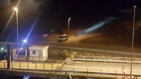 FRÅ NATTA DET SKJEDDE: Bilde frå ferjekaia på Vangsnes etter at fangen hadde forsvunne opp i ein bringebæråker.