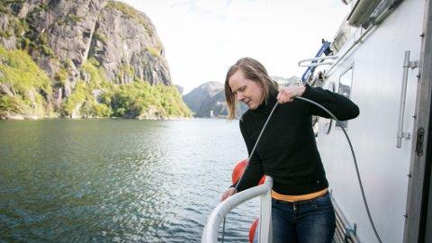 PÅ TOKT: Her filmar Tina Kutti havbotnen i Jøssingfjorden med sledekamera etter bestemte linjer på kartet. Opptaka går på ein skjerm inne i «Hans Brattström» og blir også lagra for seinare gransking.