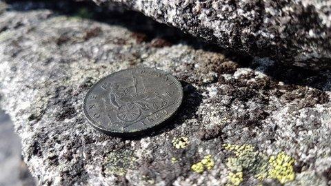 Denne 128 år gamle engelske mynten fann Bjørn Olav Berge på Store Soleiebotntind.