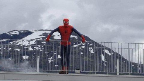 Her står brudgommen Stian Lillesalt på toppen av Hoven i Loen etter at han har klatra opp Via Ferrata i Spidermann-utsyr.