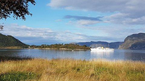 Laurdag føremiddag låg KS Norge framleis ankra opp like ved land.