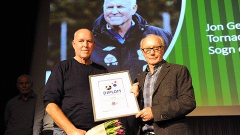 ELDSJEL: Jon Georg Rutledal (t.v.) fikk NFTs pris som Årets trenerildsjel av æresmedlem Anders Fægri under åpninga av Cupfinaleseminaret fredag.