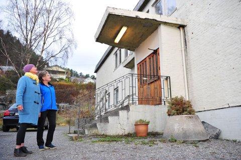 OPPUSSING: Styreleiar Eirene Bauge og nestleiar Ragnhild Holmelid ser at dei treng pengar til å fikse huset utvendig.