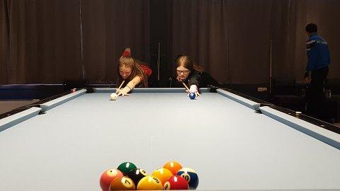 Nina Torvund (til venstre) og Katja Wolff gjer seg klar til finale i 10-ball.