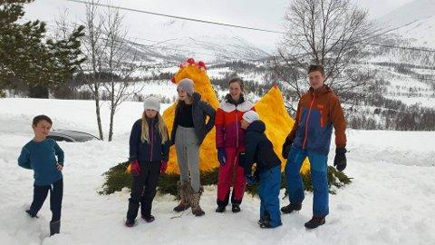 BYGGMEISTRANE: Deler av gjengen som bygde snøhøna poserer stolt framfor verket. Frå venstre: Henrik Dvergsdal Aven, Synne Dvergsdal Aven, Lovisa Masdal Fosse, Anne Dvergsdal-Volle, Noah Dvergsdal Brattreit og Johannes Dvergsdal-Volle.