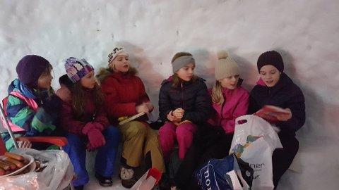 I IGLOEN: Frå venstre: Josefine Helland Gustavsen, Thea Skaar Øvrebø, Agnes Afret Nervik, Mathea Solheim Nikkinen, Angelica Berg Helgås og Miriam Friborg