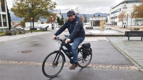LÅNER UT SYKLAR: No kan du låne gratis elsykkel i Gloppen kommune, noko ordførar Leidulf Gloppestad trur vil bli svært populært.