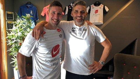 NY SIGNERING: Danske Steffen Ernemann har signert for Sogndal. Her med sportsjef Håvard Flo (t.h.).