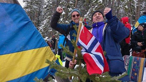 HEIA: Rune (t.v) og Arvid har tatt med seg flagg og er klar for å heie fram Bø-brørne til medalje i VM i skiskyting i Østersund.