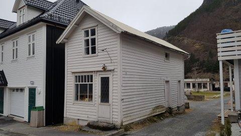 FOTOATELIER OG KAFÉ: Malene og Christian Ramsli dreiv for 150 år sidan både fotoatelier og kafé i dette huset som dagens eigar ønskjer å rive.