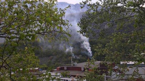 BAK HYDRO: Ifølge ein reportar frå Porten ser det ut til at brannen har syarta langt nede i terrenget bak Hydro.