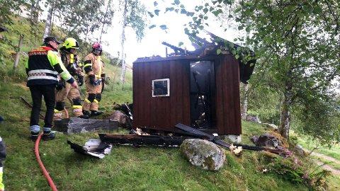 HYTTA: Det var ei lita hytte som brann. Den blei totalskadd.