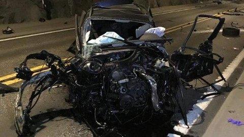 STORE SKADER: Bilen er totaltvraka etter den krasja inn i ein fjellvegg i Lærdalstunnelen.