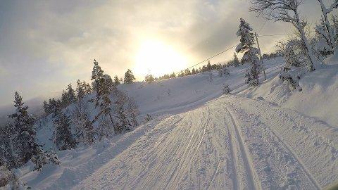 KOLLISJONSFARE: Høg fart og at 2-kilometersløypa koplar seg på i botnen av bakken har gjort dette ein frykta bakke for mange av skigåarane på Langeland. Samstundes er bakken elska av dei fartsglade. No gjer skisenteret om løypa.