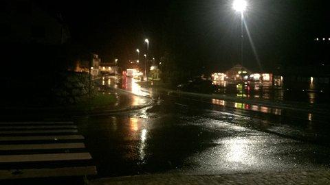 EVAKUERER: Klokka 22.15 melde politiet at det var starta evakuering i Olden etter at fleire elver hadde gått over breiddene. Det skal vere rundt 40 hus i området, ifølge politiet.