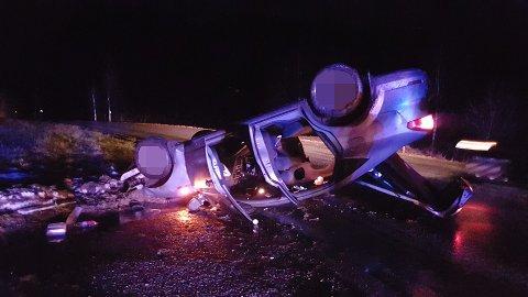 PÅ TAKET: Bilen hamna utfor vegen, drog med seg delar av eit gjerde og landa på taket på fylkesveg 601.