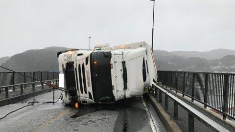 VELTA: Ein semitrailer lasta med blomar som var under slep av bergingsbil velta tysdag ca. klokka 13.55 på Måløybrua.