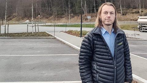 FORKLARAR: Henning Tjørhom, leiar i Sunnfjord Miljøverk, forklarar kva som gjer til at renovasjonsgebyret har auka for mange av abonnentane. – Grunnen til at vi må endre gebyrsatsane er at det har blitt dyrare å behandle avfall, i tillegg til at vi skal starte med innsamling av matavfall, seier han.