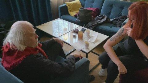 OVERRASKIN: Helena «Huldri» Bremer Farsund viser fram si nyaste tatovering til Oddvar Torsheim.