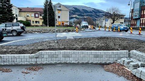 OMKOM: Mannen i 80-åra har truleg gått rett fram etter gangfeltet, og rett utfor den nye muren.