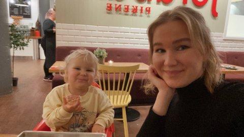 KJENDE FJES?: Maria Hjelmeland frå Torvund og dottera Alisa Michelle (2) synast det er stas å ta statistjobbar. Dei siste åra har dei vore med i mange nasjonale reklamefilmar.