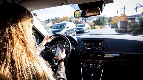 SKJERPAR STRAFFA: Regjeringa meinar at for mange bryt reglane for mobilbruk i trafikken. Frå nyttår blir straffa strengare.