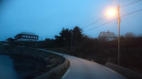 MØRK SKULEVEG: Skulevegen på Bulandet er smal og mørk. Tidvis er dei svært få lys som fungerer. – Dei bør prioritere mørke og smale skulevegar. Elevar på Bulandet har ikkje gang- og sykkelveg, slik dei har i Askvoll, seier Roar Landøy.