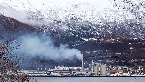 HØYANGER ONSDAG: Slik såg det ut på Hydro Høyanger litt etter klokka 12 onsdag. Pensjonert miljøvernleiar på verket, Einar Rysjedal (innfelt), krev betre informasjon når dette skjer.