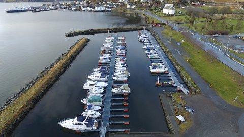 TO SENTRALE HAMNER: I Askvoll er det to sentrale gjestehamner. Askvoll småbåtlag si hamn har i tillegg oppstillingsplassar for bubilar og campingvogner mellom vegen og båthamna. Askvoll sentrums hamn ligg midt i sentrum, og kan skimtast i bakgrunnen her.