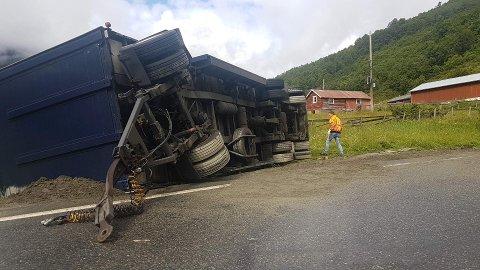 BILBERGING: Det er berginga av dette vogntoget som stenger Hemsedalsfjellet.