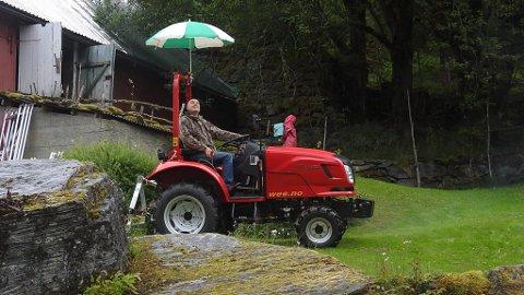 OOPS: Bjørn Martin Grinde Kormeseth kjøpte traktor utan tak  i regnfulle Hyen. Men det løyste han fint!