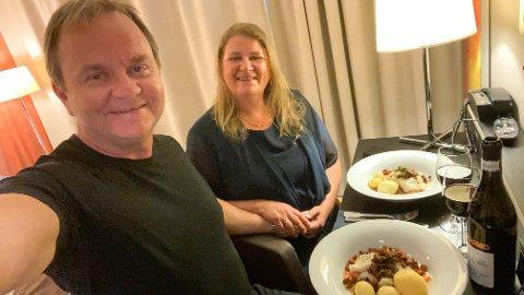 KARANTENE: – Vi skulle eigentleg feire saman med familiane våre på Gloppen hotell denne dagen, men det måtte vi avlyse. I staden vart det god mat og vin i karantene på hotellrommet i Narvik. Vi laud inga naud, seier paret.