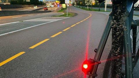 HUGS LYS: Sykkel-lys er påbode i mørket, men det er ingen regel som seier noko om lysstyrken og korleis lykta skal stillast inn.