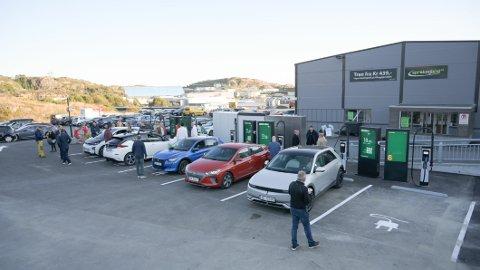 PILOT-STASJON: På Straume utanfor Bergen har Greenstation opna sin første ladestasjon. Elbilforeininga miener det kan vere landets beste – og den opnar for ei rekke nye moglegheiter som norske elbileiarar har etterlyst.