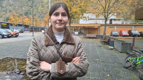 SÅRA: Angy Avendano (23) vart såra av at ungdommar kom med stygge tilrop etter ho og mora hennar her på Lærdalsøyri ein kveld denne veka.