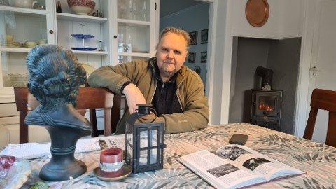 KOSELEG: Magne Grøttebø har gjort det svært så koseleg i Torsteinbellastova - her har han pussa opp pø om pø sidan han kjøpte huset. Dette er spisestova.