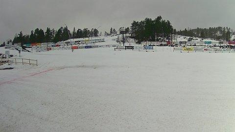SMELTA: Slik ser stadionområdet på Langeland ut onsdag føremiddag 24. februar. I hovudtrekk er det kunstsnøen som ligg att.