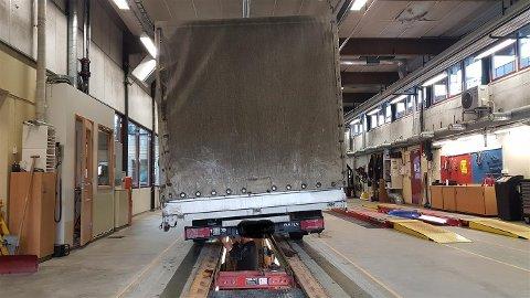 OVERLAST: Bilen var lasta med 1500 kilo for mykje. Ein kan tydlege sjå kvar lasta er plassert i varebilen.