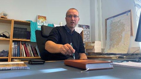 UTBROT: Ordførar Arnstein Menes i Balestrand fortel at dei framleis jobbar med smittesporing etter utbrotet.