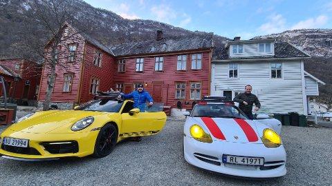 GROMT:  Johannes Einemo med sin Porsche 911 som han har kjøpt for å leige ut til skituristar og andre og ordførar Audun Mo med den påskegule Porsche S4-en som Johannes fekk låne og teste tidlegare i vinter.