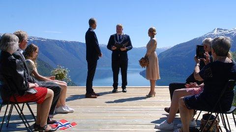 SA JA: Nils Sander Øygard og Kirsti Møller Bruland hadde spektakulære rammer om giftemålsseremonien.