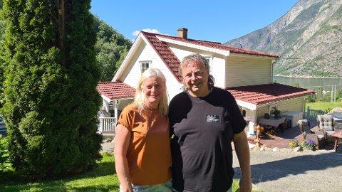 PERLE: Arnhild Thune og Oddvar Ølmheim har skapt ei perle på småbruket Fossheim, eller Kalvatreet, i Erdal.