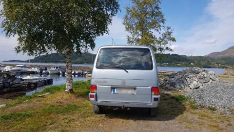 TURISTAR: Forbipasserande trudde det var innbrot på båthamna då dei såg denne tyske bilen parkert på kveldstid.